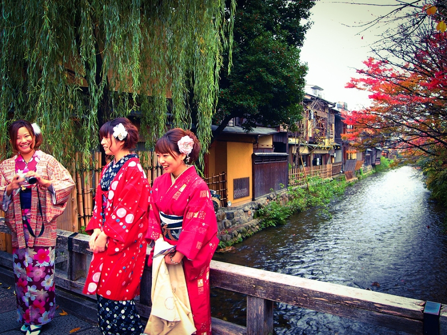 Shirakawa in Kyoto - Girls in kimono taking photos
